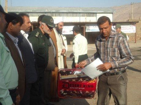 اهداء جوایز به دو تاکسیران نمونه پلدختر در هفته نیروی انتظامی