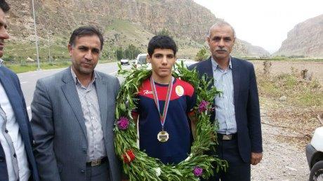 استقبال شهردار و مدیران شهرستان پلدختر از قهرمان کشتی محمد مهرابی